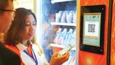 Sử dụng công cụ QCode trên điện thoại thông minh để thanh toán khi mua hàng