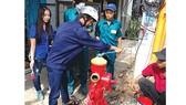 Nhân viên kỹ thuật lắp đặt trụ nước chữa cháy.
