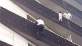 """Cứu cháu bé lơ lửng trên tầng 4, """"người nhện"""" Mali  được Tổng thống Pháp cấp quyền công dân"""