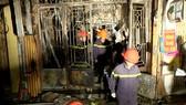 Hiện trường một vụ cháy nhà ở kết hợp kinh doanh xảy ra vào ban đêm