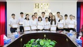 """Các sinh viên HIU nhận học bổng """"Thắp sáng tương lai"""" tháng 5 năm 2018"""