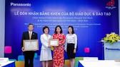 Đại diện Bộ Giáo dục và Đào tạo trao tặng Kỷ niệm chương vì giáo dục và Bằng khen Bộ trưởng cho đại diện Panasonic. Ảnh: Panasonic