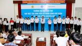 Trao tặng học bổng cho sinh viên nghèo. Ảnh: Trung tâm Thông tin và Quản trị mạng