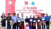 團中央執行委員會書記阮飛龍(右一)向廣南省的越南英雄母親及榮軍贈送了禮物。(資料圖:清波)