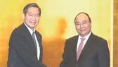 阮春福總理與馬自達汽車董事會成員交談。(圖源:互聯網)