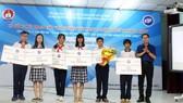主辦單位在總結會議上向獲獎學生頒獎。(圖源:越南微軟)