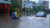 """大暴雨河內嚴重受淹,多條街道變""""河道""""。(圖源:越通社)"""