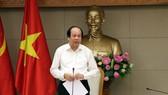 政府辦公廳主任梅進勇部長在會議上發表講話時,向融資緩慢且低於兩成的13部委、地方轉達政府總理的批評。(圖源:VOV)