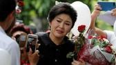 泰前總理英祿21日出庭時面對支持者洒淚。(圖源:)