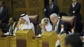 7月27日,在埃及首都開羅,巴勒斯坦外交部長馬勒基(右)參加阿拉伯國家聯盟(阿盟)外長級緊急會議。(圖源:新華網)