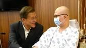 8月9日,文在寅(左)訪問位於首爾瑞草區的首爾聖母醫院,並與病人親切交談。(圖片來源:韓聯社)
