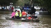 哈維颶風在德州引發嚴重洪災後,當地時間8月30日在美國德州和路易斯安那州交界附近再度登陸,帶來更多雨量。(圖源:路透社)