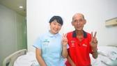 鄔秋華與護士張合影。