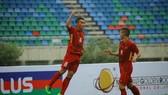 陳文功(左)攻進菲律賓隊2球。