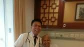 乳癌患者三達夢與醫生合照。