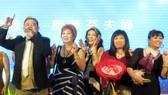 蔡榮(左一)將與歌友們同台高歌。