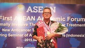 二〇一五首屆東盟學術腫瘤微創論壇上,王明忠作為我們的抗癌明星,在現場接受大會的頒獎。
