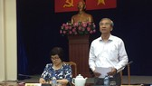 第五郡人委會主席范國輝(右)在新聞發佈會發表講話。(圖源:互聯網)