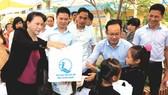 國會主席阮氏金銀向山陽縣忠安鄉的學生贈送禮物。
