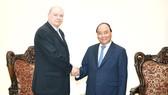 政府總理阮春福(右)會見古巴外貿外資部部長馬爾米耶卡(Rodrigo Malmierca Diaz)。(圖源:光孝)