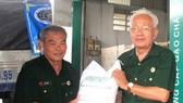 黎誠心中將(右)將大米搬上車以運送給受10號颱風侵襲的中部各省災民。