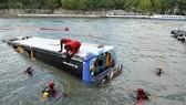 尼泊爾一輛長途客運汽車28日早晨墜入河中,已造成至少31人死亡、10多人受傷,另有10多人失蹤。(圖源:路透社)