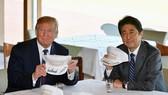 特朗普(左)與安倍晉三在一頂關於美日同盟的帽上簽名。(圖源:路透社)