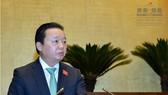 資源與環境部長陳紅河在會議上闡述有關《測量與地圖法》草案呈文。(圖源:Quochoi.vn)