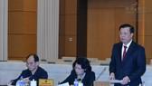 財政部長丁進勇在會上闡述有關撥款補充購買國家儲備大米的政府呈文。(圖源:Quochoi.vn)