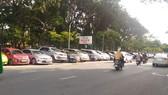 圖為沿著9月23日公園一側的停車處。(圖源:安輝)