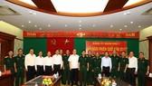 國防部副部長潘文江上將同與會代表合照。(圖源:第七軍區新聞網)