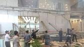 印尼證券交易所的員工及保安人員在檢查底層大廳破損情況。 (圖源:路透社)