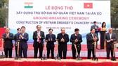 阮春福總理(右四)與各代表為大使館辦事處共同進行動土儀式。(圖源:越通社)