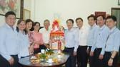 市民運處代表看望王沛川和家人。