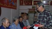 萬盛發集團代表張豐庭向貧困宗親贈送禮物。