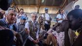 聯合國難民署高級專員格蘭迪和緊急人道協調員洛科克看望南蘇丹難民。(圖源:聯合國)