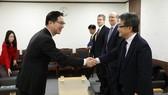 2月2日,在韓國政府辦公樓,千海成(左)與約瑟夫·尹握手。(圖源:韓聯社)