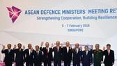 我國國防部副部長阮志詠(右二)同與會代表合照。(圖源:越通社)