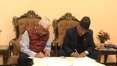 尼泊爾共產黨(聯合馬列)和尼泊爾共產黨(毛主義中心)兩黨領導人當地時間19日晚在首都加德滿都簽署7點合作協議。(圖源:互聯網)