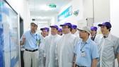 河內市市委書記黃忠海(前右二)看望越南SEI電子零件有限責任公司。(圖源:秋河)