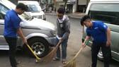 第五郡志願者參加打掃街道。