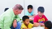外籍老師正指導學生學習。