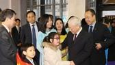 阮富仲總書記與駐法大使館幹部和僑胞會面。(圖源:智勇)