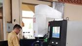 紅心公司負責人劉成發採用CNC數控線 切割機製造精細工模。