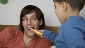 男人牙黃可能代表肺不好。(示意圖源:互聯網)