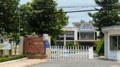 發生墜胎藥誤發事件的前江省新福縣醫療中心大門一瞥。(圖源:阮國)