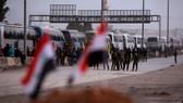 敘政府軍在俄軍協助下組織平民重返東古塔地區。(圖源:路透社)