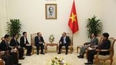 政府總理阮春福(右)接見老撾人民民主共和國能源與礦產部長坎馬尼‧尹緹拉。(圖源:VGP)