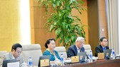 國會主席阮氏金銀(左二)對《都市發展管理法》草案提意見。(圖源:Quochoi.vn)