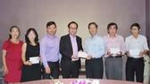 張豐裕先生(左四)代表萬盛發集團向各 華文中心負責人送醫保代金。